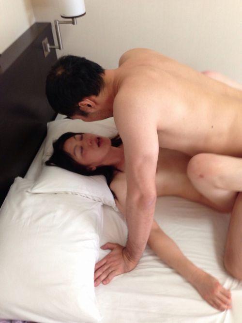 人妻や熟女がねっとり正常位セックスを満喫してるエロ画像! 41枚 No.13