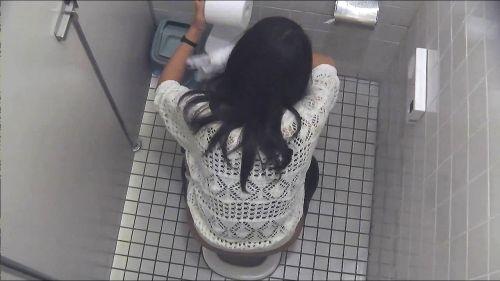 【和式便所盗撮】色々な服装でお◯っこしてる女性達のエロ画像 37枚 No.17