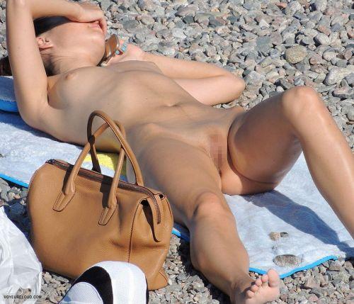 【盗撮画像】ヌーディストビーチでパイパンじゃないのが逆にエロイ! 41枚 No.32