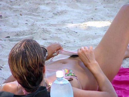 【盗撮画像】ヌーディストビーチでパイパンじゃないのが逆にエロイ! 41枚 No.37