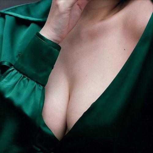 乳房が半分くらい見えちゃってる胸チラ盗撮画像 35枚 No.2