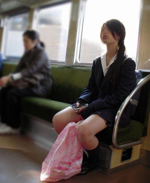 電車の中で座ってるJKの美脚を満喫する盗撮画像! 38枚 No.2