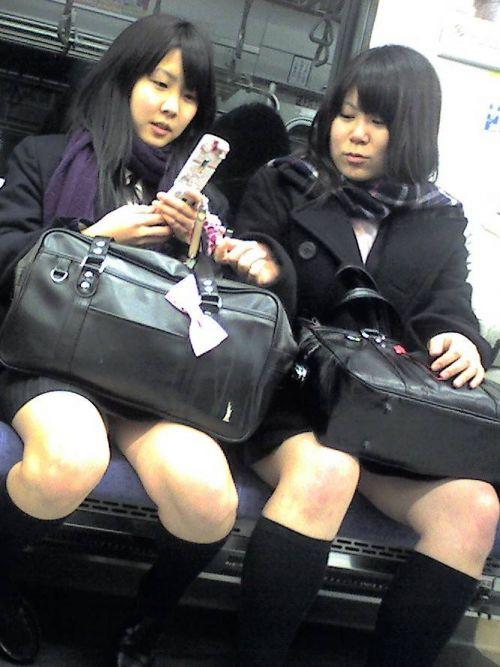 電車の中で座ってるJKの美脚を満喫する盗撮画像! 38枚 No.4