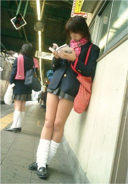 電車の中で座ってるJKの美脚を満喫する盗撮画像! 38枚 No.6