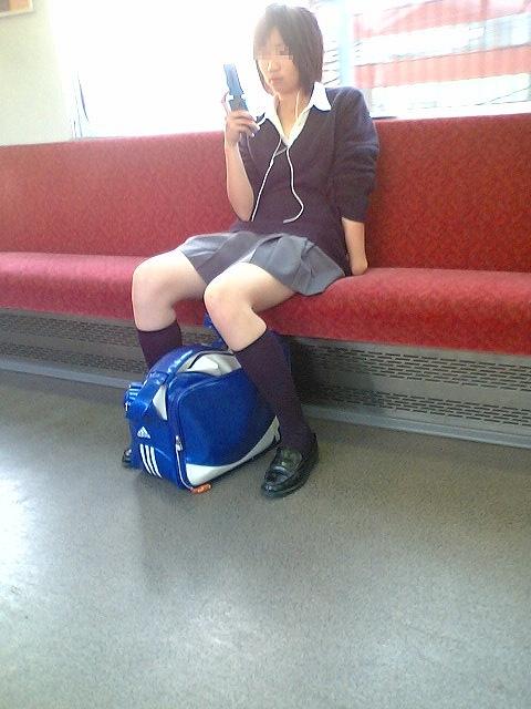電車の中で座ってるJKの美脚を満喫する盗撮画像! 38枚 No.7