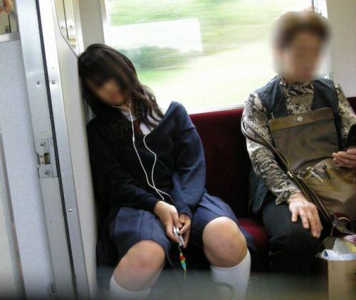 電車の中で座ってるJKの美脚を満喫する盗撮画像! 38枚 No.8