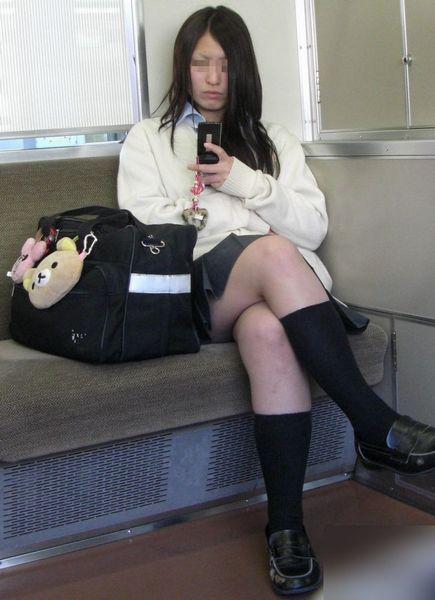 電車の中で座ってるJKの美脚を満喫する盗撮画像! 38枚 No.13