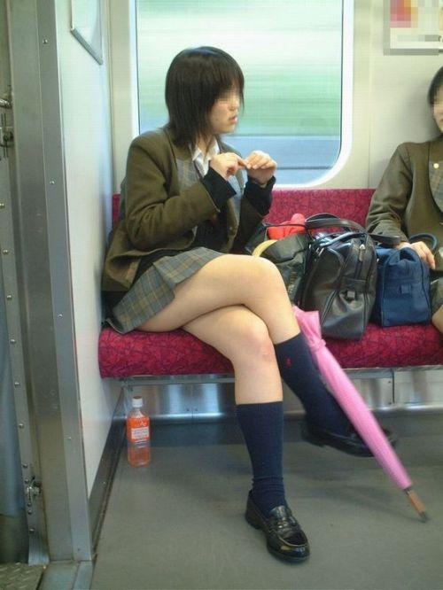 電車の中で座ってるJKの美脚を満喫する盗撮画像! 38枚 No.15