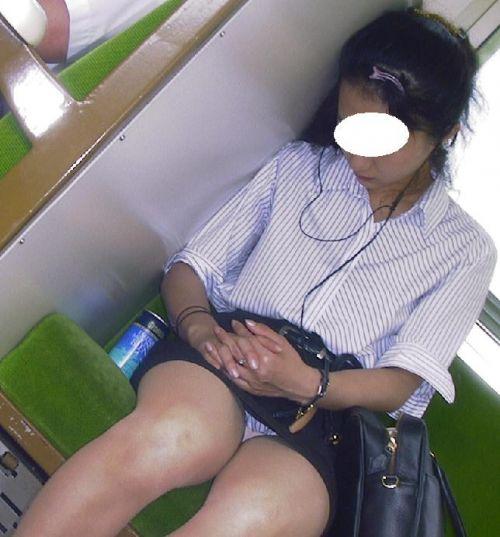 電車の中で座ってるJKの美脚を満喫する盗撮画像! 38枚 No.16