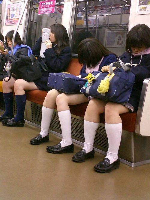 電車の中で座ってるJKの美脚を満喫する盗撮画像! 38枚 No.20