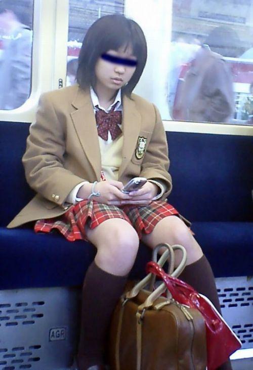 電車の中で座ってるJKの美脚を満喫する盗撮画像! 38枚 No.22