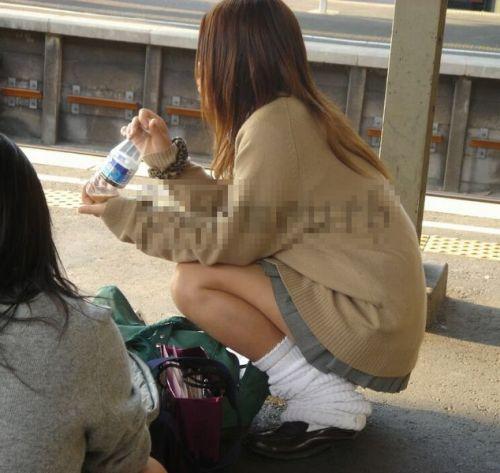 電車の中で座ってるJKの美脚を満喫する盗撮画像! 38枚 No.23