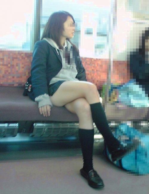 電車の中で座ってるJKの美脚を満喫する盗撮画像! 38枚 No.24
