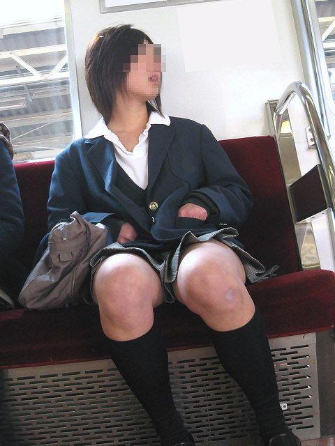 電車の中で座ってるJKの美脚を満喫する盗撮画像! 38枚 No.25