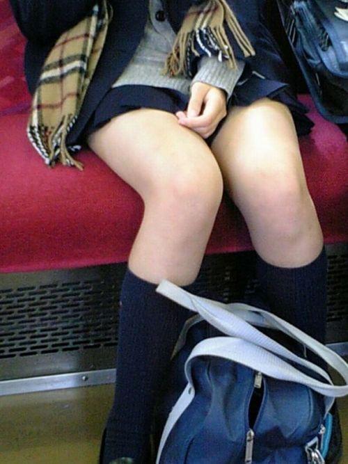 電車の中で座ってるJKの美脚を満喫する盗撮画像! 38枚 No.28