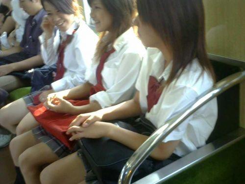 電車の中で座ってるJKの美脚を満喫する盗撮画像! 38枚 No.30