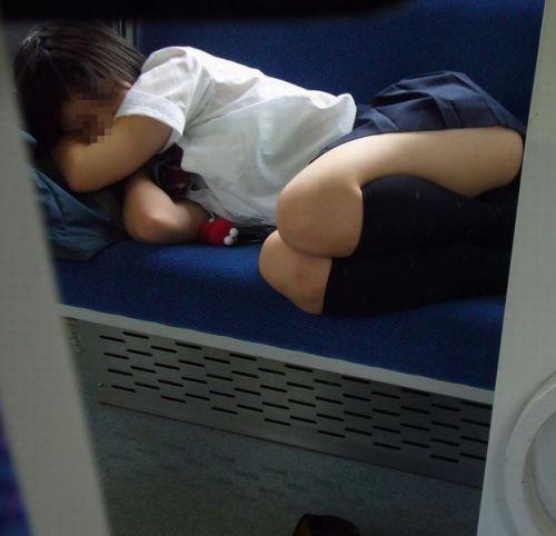 電車の中で座ってるJKの美脚を満喫する盗撮画像! 38枚 No.31