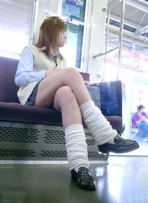 電車の中で座ってるJKの美脚を満喫する盗撮画像! 38枚 No.36
