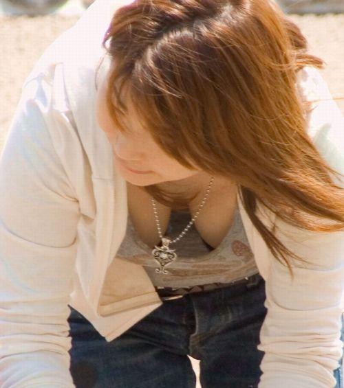 【盗撮画像】胸元開いたお姉さんの前屈み胸チラが過激過ぎwww 39枚 No.12