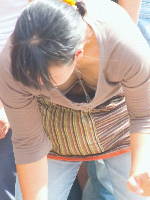 【盗撮画像】胸元開いたお姉さんの前屈み胸チラが過激過ぎwww 39枚 No.25