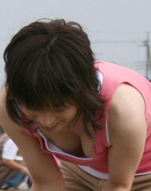 【盗撮画像】胸元開いたお姉さんの前屈み胸チラが過激過ぎwww 39枚 No.26