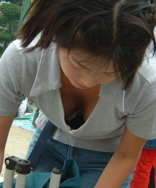 【盗撮画像】胸元開いたお姉さんの前屈み胸チラが過激過ぎwww 39枚 No.27