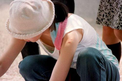 【盗撮画像】胸元開いたお姉さんの前屈み胸チラが過激過ぎwww 39枚 No.29