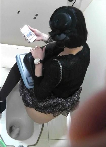 和式便所でお尻丸出しの女性を盗撮したエロ画像 36枚 No.4