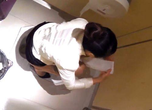 和式便所でお尻丸出しの女性を盗撮したエロ画像 36枚 No.35