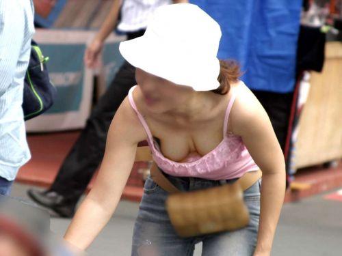 【盗撮エロ画像】デッカイおっぱいの女の子の巨乳胸チラまとめ 44枚 No.1