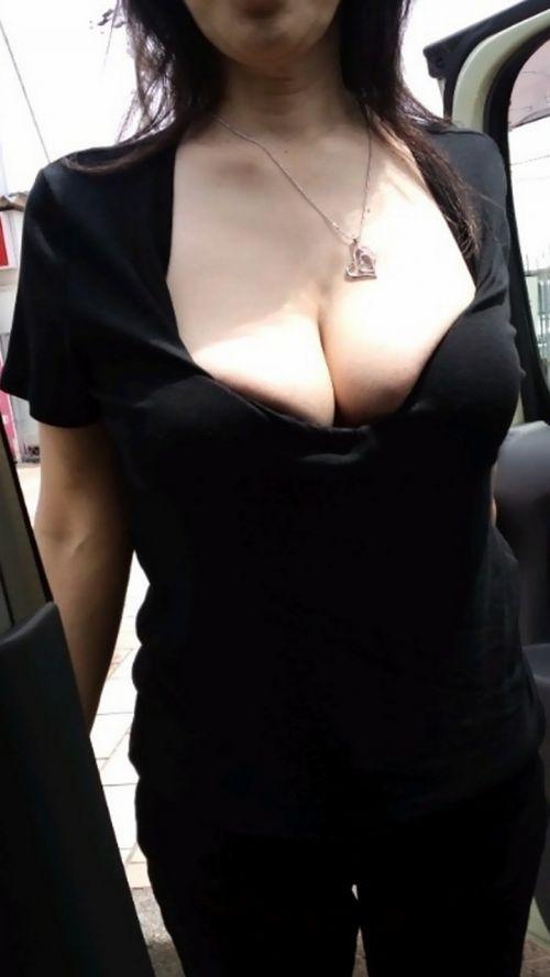 【盗撮エロ画像】デッカイおっぱいの女の子の巨乳胸チラまとめ 44枚 No.13