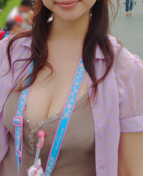 【盗撮エロ画像】デッカイおっぱいの女の子の巨乳胸チラまとめ 44枚 No.14