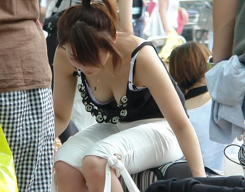 【盗撮エロ画像】デッカイおっぱいの女の子の巨乳胸チラまとめ 44枚 No.15