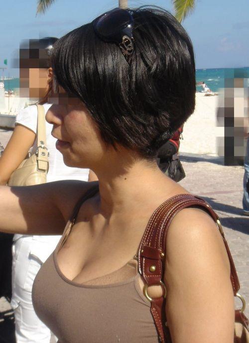 【盗撮エロ画像】デッカイおっぱいの女の子の巨乳胸チラまとめ 44枚 No.17