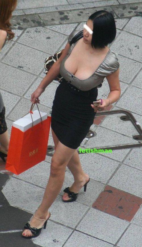 【盗撮エロ画像】デッカイおっぱいの女の子の巨乳胸チラまとめ 44枚 No.19