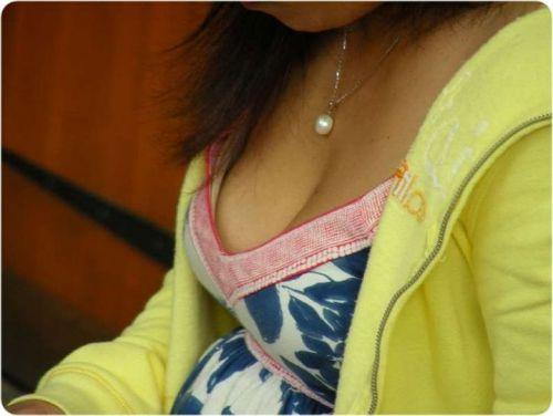 【盗撮エロ画像】デッカイおっぱいの女の子の巨乳胸チラまとめ 44枚 No.29