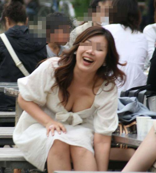 【盗撮エロ画像】デッカイおっぱいの女の子の巨乳胸チラまとめ 44枚 No.43