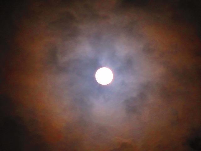 満月に傘 28.2.23夜11時過ぎ