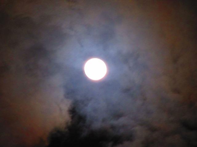 満月に暈 大きく撮る 28.2.23夜