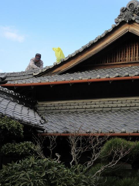 屋根屋さん、屋根に上がっています 28.2.25