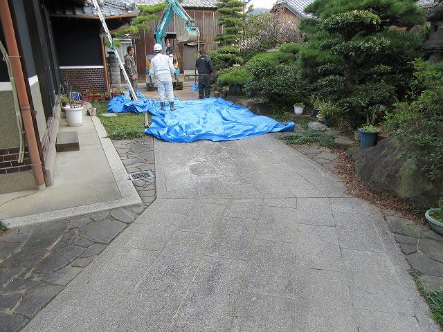 庭の通路の石の部分に鉄板 28.2.25