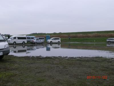 駐車場入り口も湖に