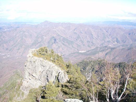 8 山頂から眼下の岩山 522