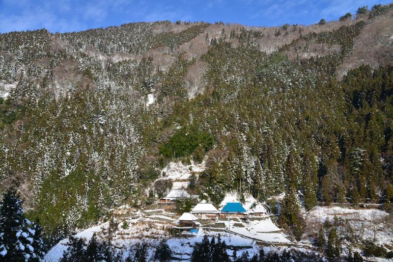 「雪の山村」