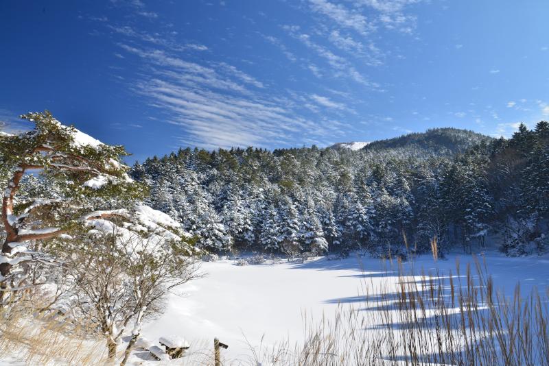 「雪の夫婦池と丸笹山」