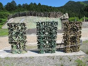 IMG_2021残された三体の彫刻を建てる6段め