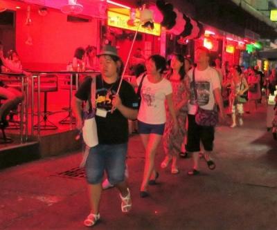 パタヤ・ソイ6ストリートを闊歩する中国人観光客
