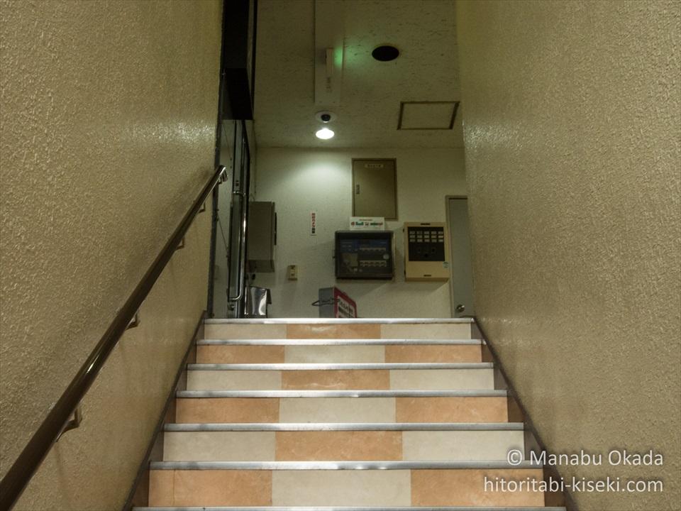 名店街へと登る階段