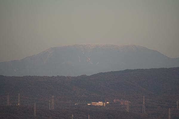 うっすら雪を被った恵那山