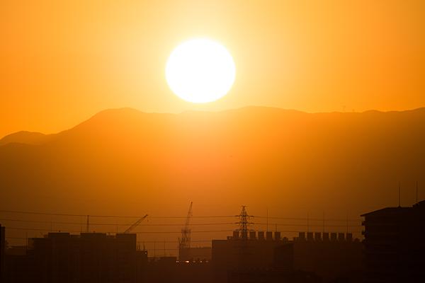 山並みと沈みゆく夕日